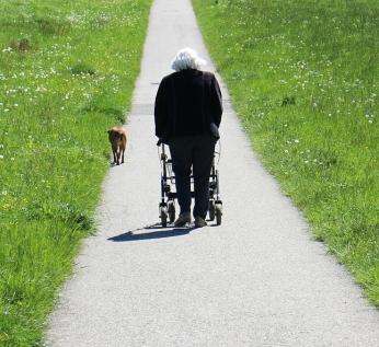 oudere vrouw met rollator (1)